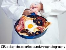 Koch mit Frühstück - ©iStockphoto.com/foodandwinephotography