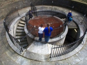 Die Oberseite des Schachts, mit Eingang der Treppen