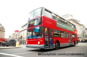 Bus und Taxi in London (©iStockphoto.com/kozmabelatibor)